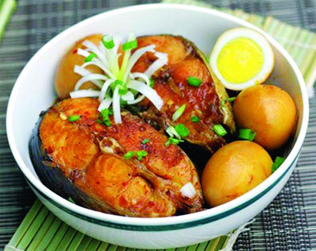 nấu cá ba sa kho thịt ba chỉ với trứng